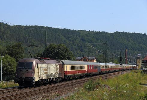 Der slowenische Werbetaurus 541 101 mit dem Rheingold in Königstein