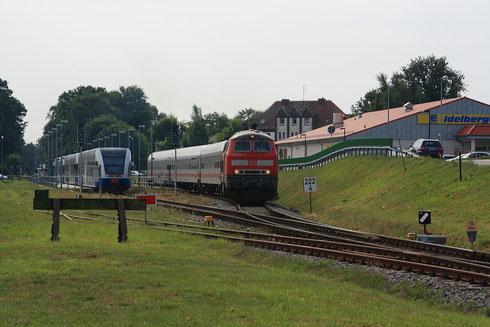 218 345 mit IC bei der Ausfahrt aus dem Bahnhof Ückeritz