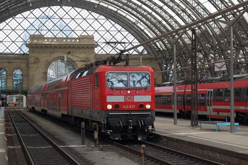Die durch eine Umleitung gedrehte RE Garnitur gezogen von 143 837 im Dresdner Hbf