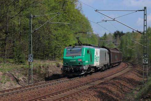 37 026 der ITL mit Papierzug nach Freiberg bei Klingenberg