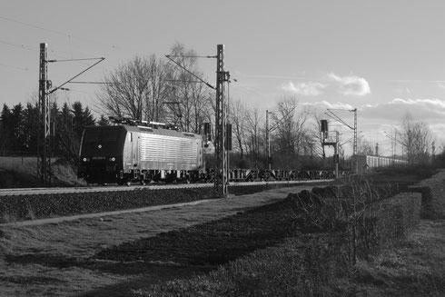 189 800 mit einem Containerzug am BÜ Colmnitz
