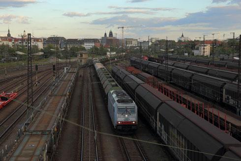 285 109 mit leerem Schotterzug aus Richtung Hof bei der Einfahrt in Dresden Friedrichastadt