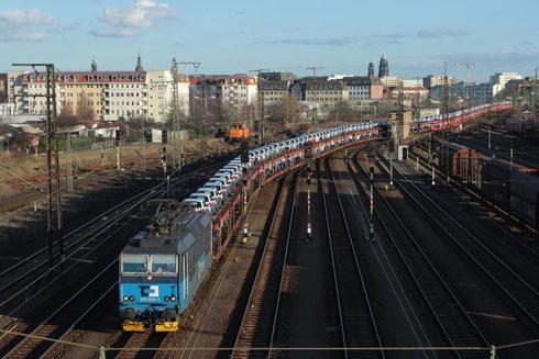372 014 mit Autozug (47302) in Dresden Friedrichstadt