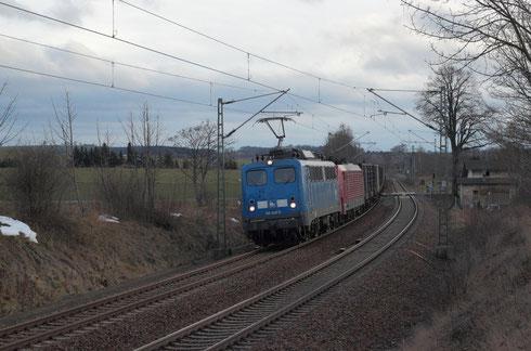 140 038 und 189 800 (kalt) mit Leerkoks am BÜ Colmnitz