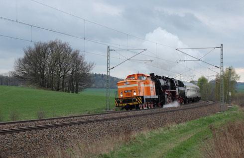 345 119 und 52 8079 mit einer Wagenüberführung bei Niederbobritzsch