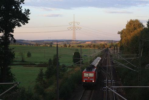143 884 mit 3 Wagen S-Bahn kurz vor DKC
