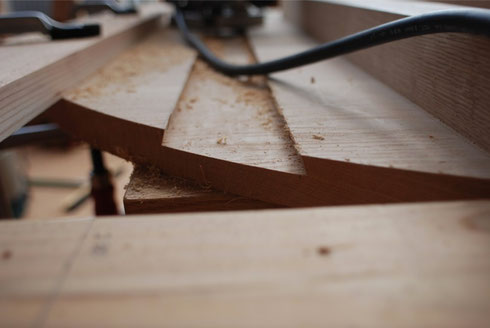 奥に行くほど細くなる台形の切り込みです。