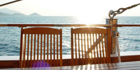 Sonnenstühle auf einem Boot in Abendstimmung; Vermögen