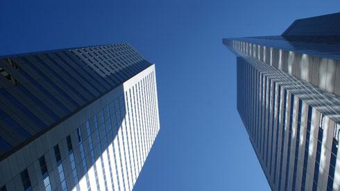 Hochhäuser vor blauem Himmerl; Management Consulting