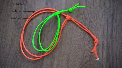 Improvisierte Fesseln aus Paracord. Anleitungen zum Knüpfen davon findet Ihr z.B. beim Klick auf das Bild.