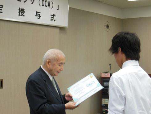 白鳥I-ROI代表理事による資格証の授与