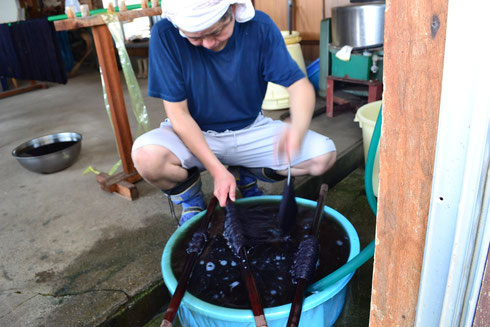 濃色の本藍染を水洗しています