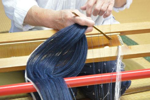 筬通しをします。結城紬で使う筬は寸簡63羽です。今回も幅広、長尺でいきますので、1尺1寸2分幅、糸の本数は705本(耳糸24本含む)使用します。