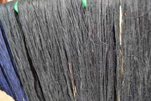 黒に染めた糸ボッチをさらに本藍染したものです 1回目