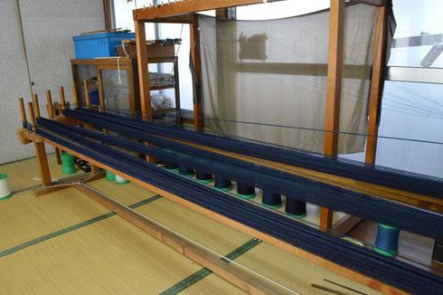 糸をのべる時はとても緊張します。なぜなら、のべ台にかかる張力は最初は少なく、最後はとても強くかかるので、いびつになり易いのです