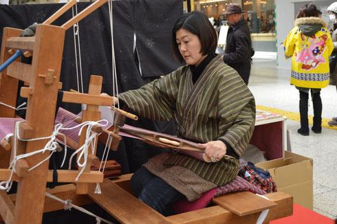 機織りの実演を上野駅にて行ってきました!