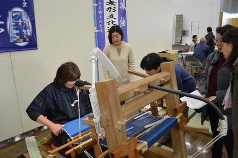 機織り機織りを説明しています