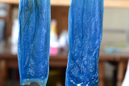 31日目の染浴に紙を入れ水洗したもの 化学染料ならば、約0.1%程度の濃さで染まります