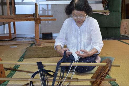 こんな感じで糸を分けます。糸を強く分けると切れるのでコツが必要です