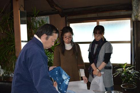 お客様に木村さんがレクチャーしています