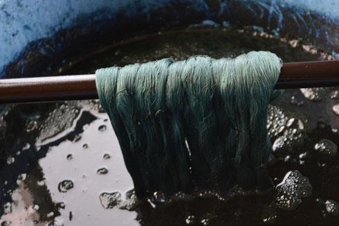 麻の糸は動物性の糸なので、色の吸い込みのいいのですが、もう限界かな?
