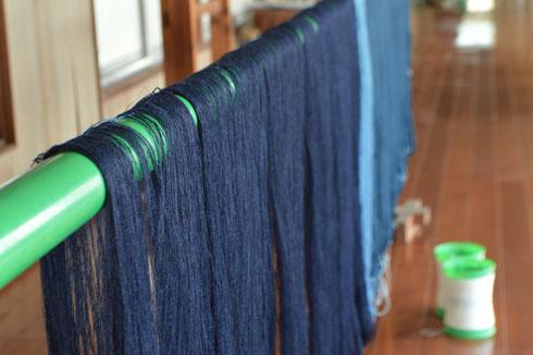 トータル50%の糊が手紬糸についています