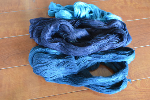 縦糸は3種類の色を使用し縞模様にします