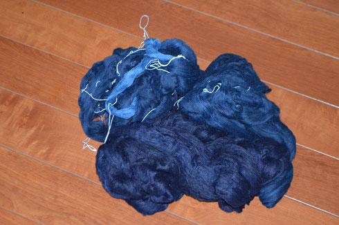 30%掻き糊を糸につけて手紬糸をさらに丈夫にしていきます