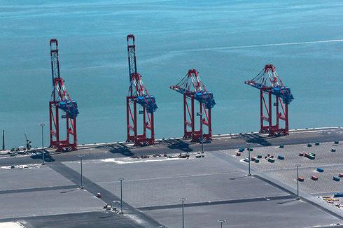 JadeWeserPort in Wilhelmshaven: Hier sind bereits Containerriesen mit 17 m Tiefgang abzufertigen (Foto: Walter Rademacher/Wikipedia)