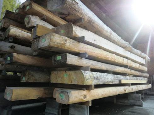 迫力のある梁を敷地内のいくつかの倉庫で天日乾燥しています。