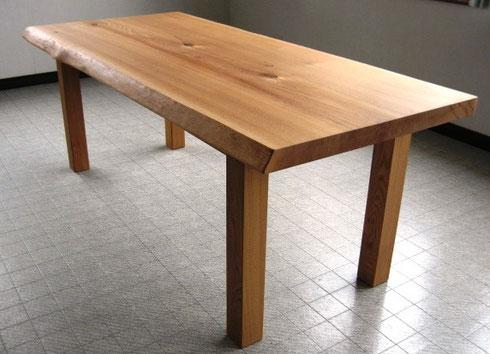 ニレの四本脚テーブル