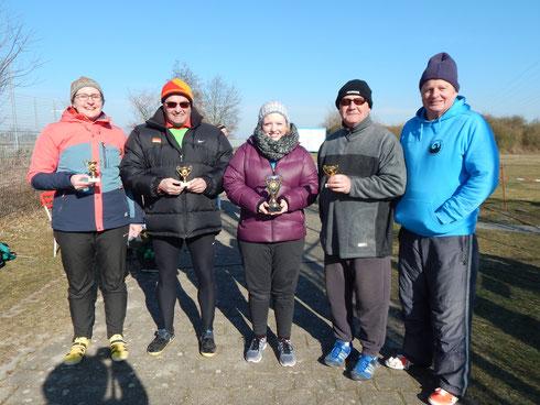 Dr. Gita Ganse, Roland Klingler, Natalie Tag und Bernhard Tretter (v. l. n. r.) wurden für ihre Erfolge mit einem kleinen Pokal geehrt.