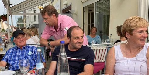 Dr. Ulrich Löcher im Intensivgespräch mit Coach Kurt Büttler. Sportwart Stefan Münch und Mireille Kosmala wenden sich inzwischen Steve zu, der sich außerhalb des Bildes, im Niemandsland,  aufhält.
