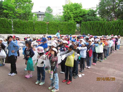 小学校の円形広場に集合