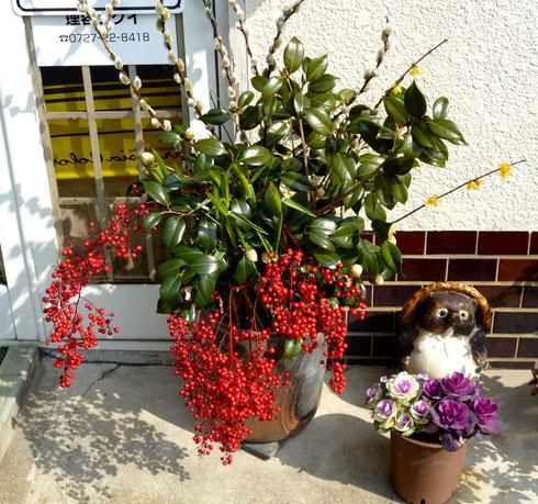 """お店の前、まるで""""生け花""""のような鉢植え。"""