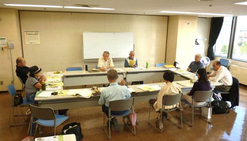 熱心に議論する準備委員会のメンバー