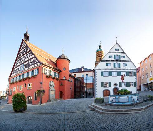 links altes Rathaus mit Schranne