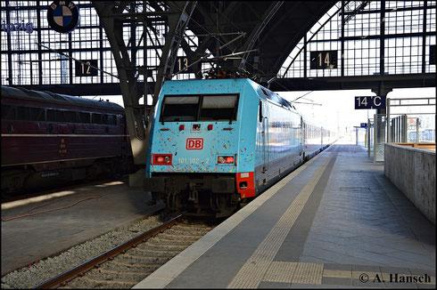 101 102-2 in ihrem blauen Farbkleid schiebt am 7. Februar 2015 einen IC aus dem Leipziger Hbf.