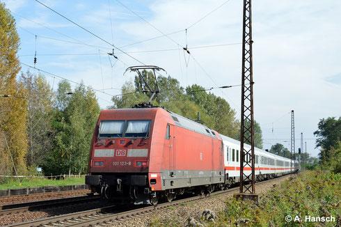 Am 18. September 2014 schiebt 101 123-8 ihren IC durch Leipzig-Thekla