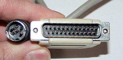DIN-Stecker für die 1541 (links) und Parallelportstecker. Das fertige XM1541-Kabel.