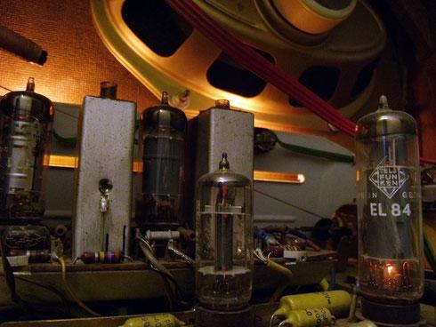 Loewe Opta Magnet Innenansicht, rechts die Verstärkerröhre EL84