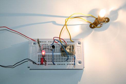 Die Blink-LED steuert ein Relais mit Glühlampe an