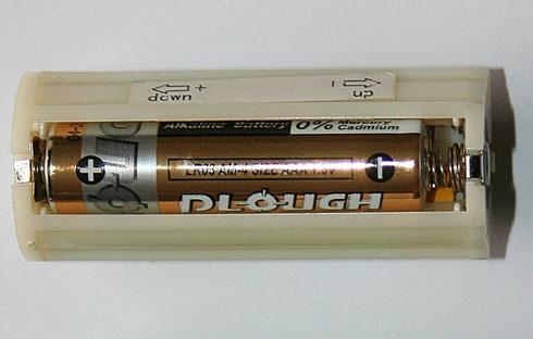 Diese Batteriehalterung mit drei Microzellen dient als Spannungsquelle (aber ohne Vorwiderstand).