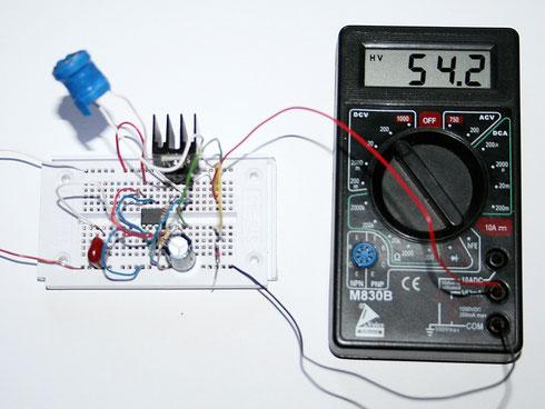 Aufbau der Schaltung auf einem Breadboard. Das Messgerät zeigt die Ausgangsspannung ohne Diode.