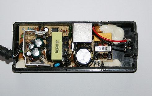 Geöffnetes Schaltnetzteil mit defekten Elektrolytkondensatoren.