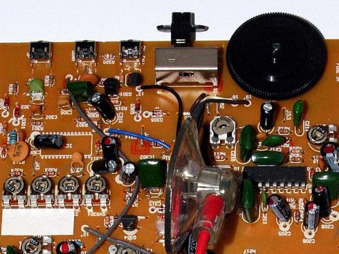 Potentiometer auf einer Platine (oben rechts ist ein Lautstärkeregler).