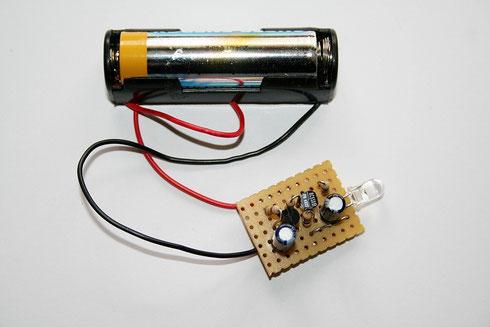 Betriebsfertiger Aufbau der Schaltung mit Batteriehalterung auf einer Lochrasterplatine.