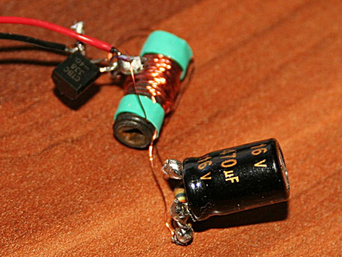 """Der """"fliegende"""" Aufbau des 1,5 Volt-LED-Blinkers. In der Mitte ist die Spule zu sehen."""