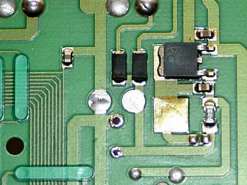 SMD-Spannungsregler (rechts im Bild) auf einer Steuerplatine für einen Kühlschrank