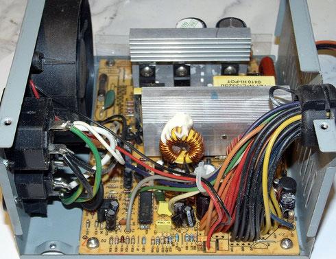 Geöffnetes Computernetzteil